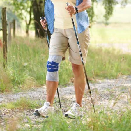 Kniebandage Bauerfeind GenuTrain A3 beim Wandern
