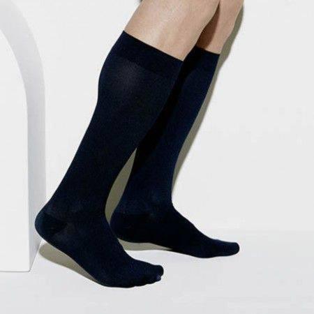 Reisestrumpf oder Kompressionsstrumpf bei leichten bis mittleren Venenbeschwerden und geschwollenen Beinen