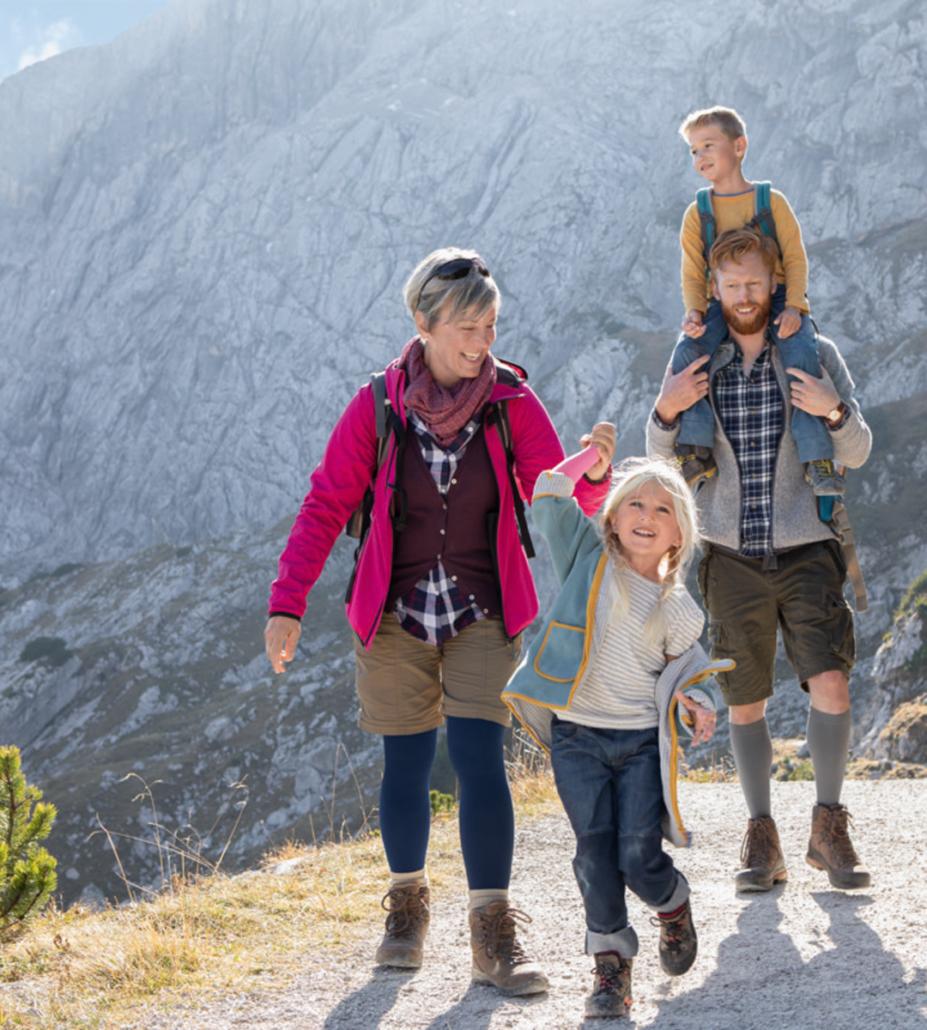 Familie beim Wandern mit Kompressionsstrümpfen