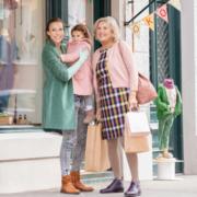 Familie beim Shoppen mit Kompressionsstrümpfen