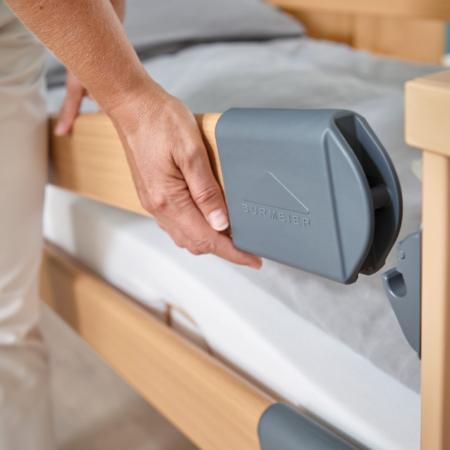 Elektrisches Krankenbett mit Seitengitter