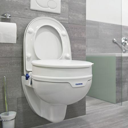 Toilettensitzerhöhung fest Invacare Aquatec in der Anwendung