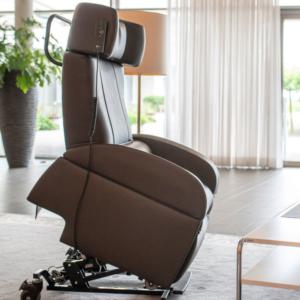 Aufstehsessel Club2 Mobil erleichtert das Aufstehen und Hinsetzen in den Pflegesessel