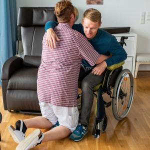Transfer aus dem Rollstuhl in den Pflegesessel SALJOL CLUB2 Mobil