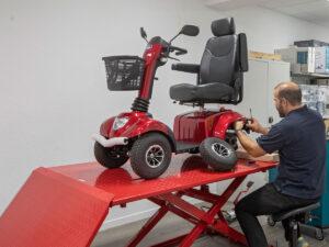 Elektromobil rot als Reha Hilfsmittel